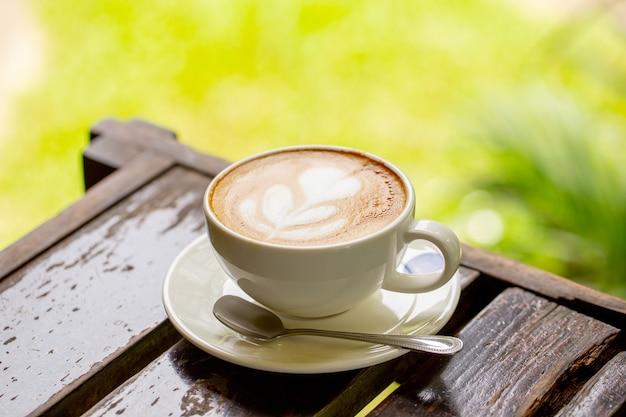 Latte koffie of cappuccino koffie in witte kop met latte art