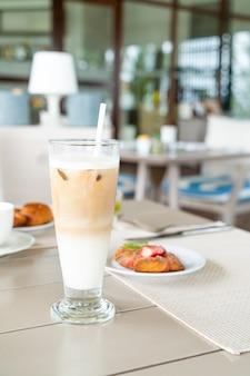 Latte koffieglas op tafel in café-restaurant