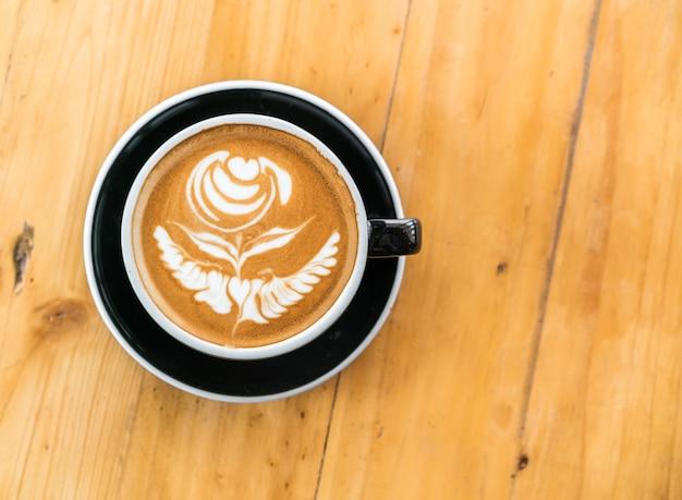 Latte koffiekunst op de houten tafel.