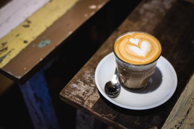 Latte kunst op cappuccino