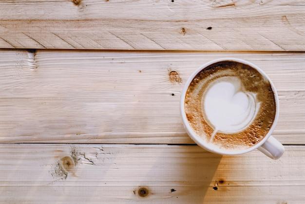 Latte kunstkoffie op houten achtergrond, hoogste mening