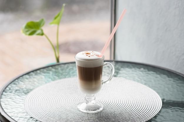 Latte met een rietje op de salontafel in de kantine