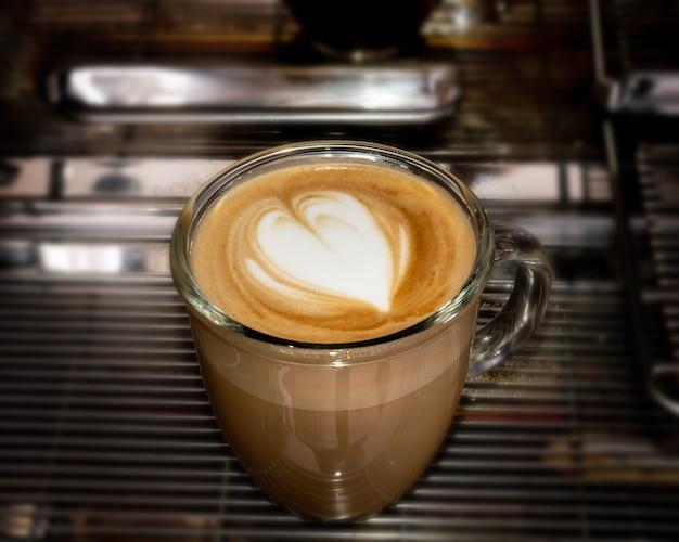 Latte of cappuccino-kunst in koffiekop