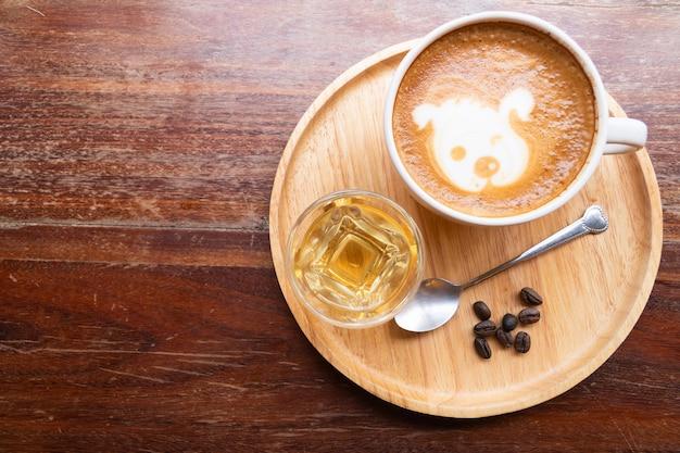 Lattekunst in een wit glas
