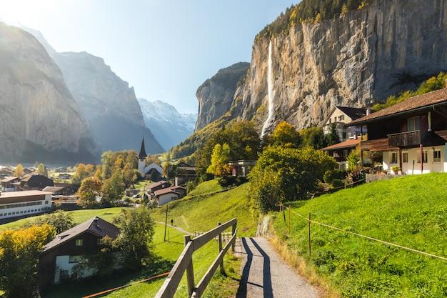 Lauterbrunned is het kleine dorpje in de vallei met prachtige waterval vanaf de berg