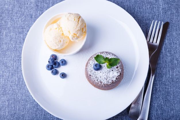 Lava cake chocolade fondant cake met vanille-ijs, bosbessen en munt closeup