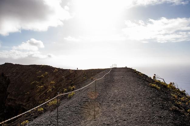 Lava en monding van vulkanen voor uitbarsting in natuurpark cumbre vieja canarische eilanden spanje