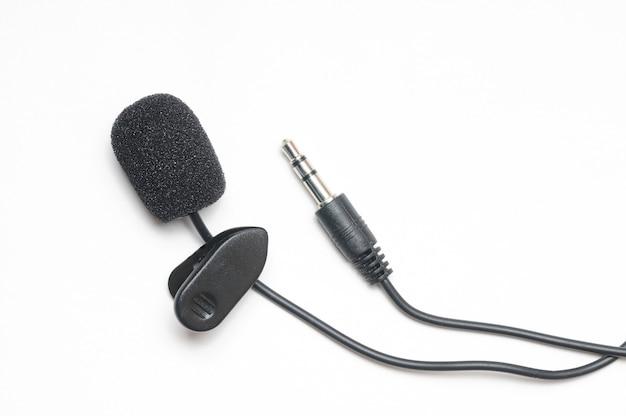 Lavalier-microfoon voor correspondenten op een afgelegen witte achtergrond