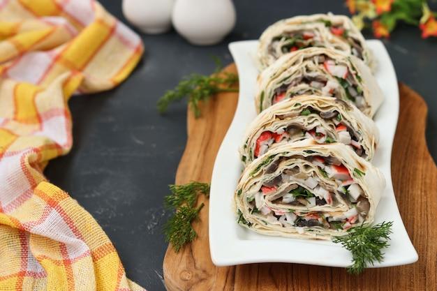 Lavashrol met champignons, krabstokken en kaas, een feestelijk voorgerecht
