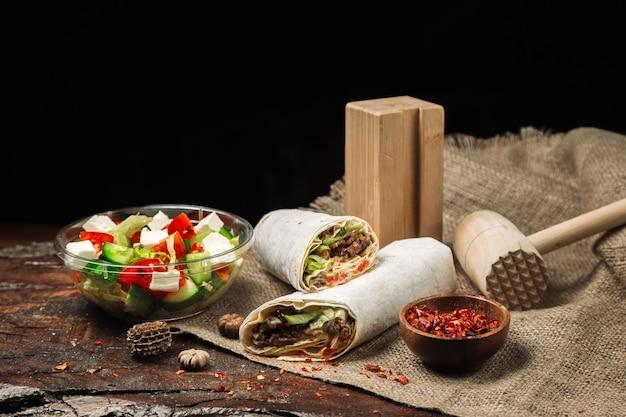 Lavashvleesbroodje en griekse salade