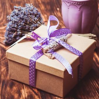 Lavendel ambachtelijke geschenkdoos met polka dot lint