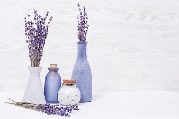 Lavendel aromatherapie. kuuroordachtergrond met droge lavendelbloemen en geurig overzees zout. kopieer ruimte.
