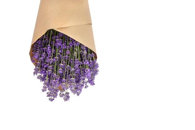Lavendel bloemen boeket verpakt in papier geïsoleerd op wit