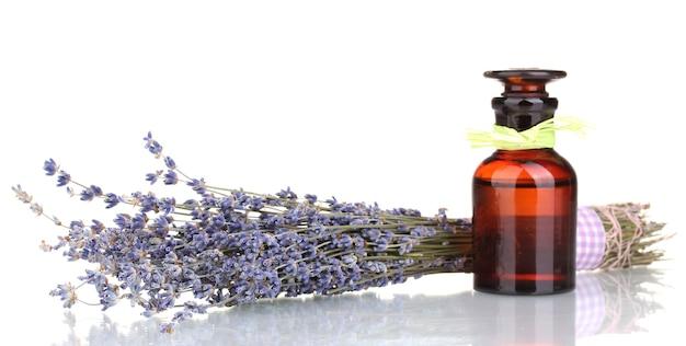 Lavendel bloemen en glazen fles geïsoleerd op wit