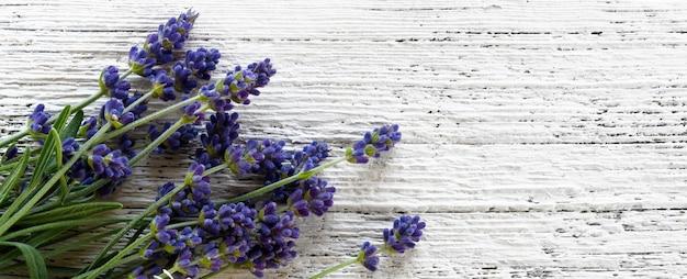 Lavendel bloemen op witte oude houten gestructureerde achtergrond, bovenaanzicht.