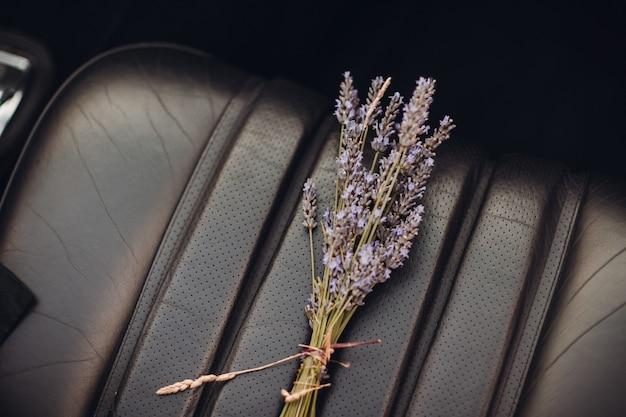 Lavendel boeket in de auto