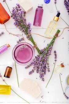 Lavendel cosmetische schoonheidsproducten badproducten en lavendel bloemen essentiële olie behandeling