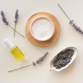 Lavendel crème bovenaanzicht spa-behandeling concept