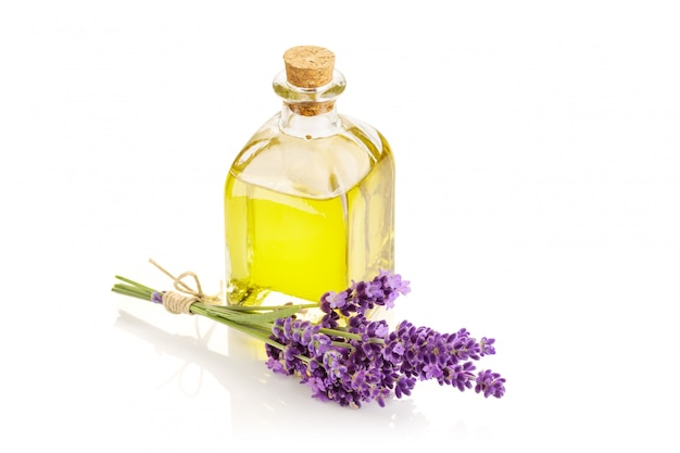 Lavendel etherische olie geïsoleerd