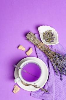 Lavendel hete thee bloem drankje in keramische beker