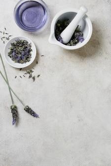 Lavendel in kommen exemplaarruimte