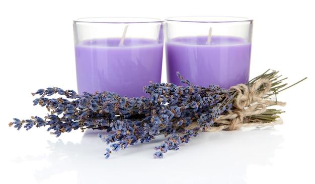 Lavendel kaarsen met verse lavendel, geïsoleerd op wit