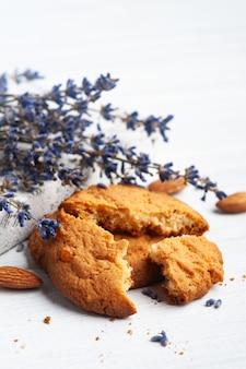 Lavendel koekjes op rustieke snijplank op wit