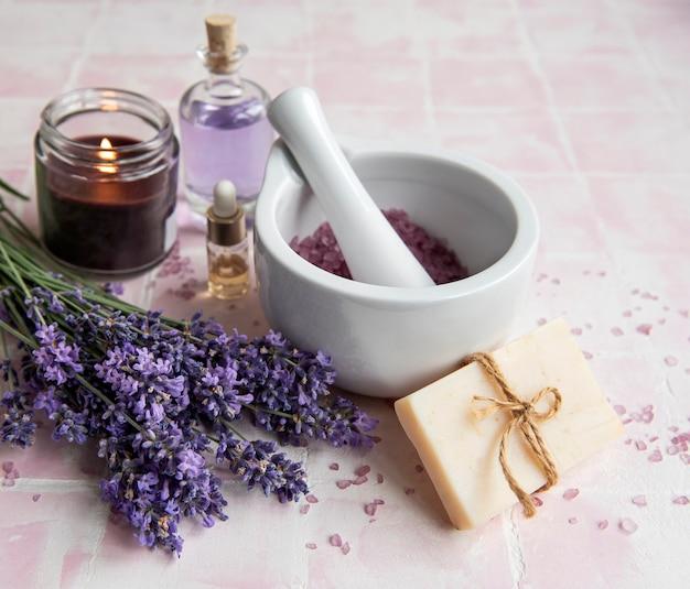 Lavendel kuuroord. etherische oliën, zeezout, handdoeken en handgemaakte zeep. natuurlijke kruidencosmetica met lavendelbloemen