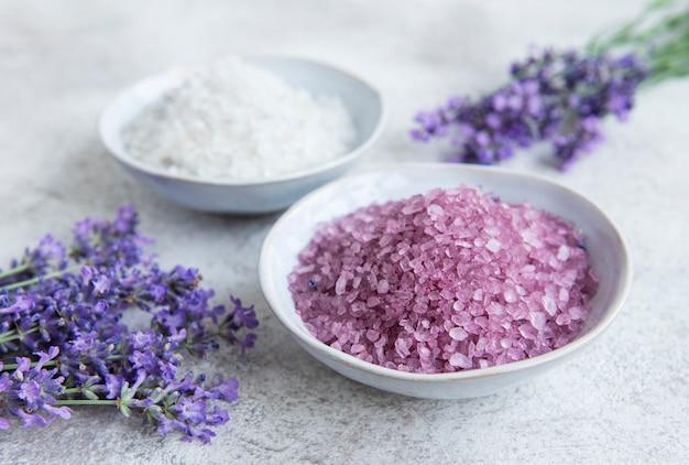 Lavendel kuuroord. natuurlijk kruid zeezout met lavendelbloemen