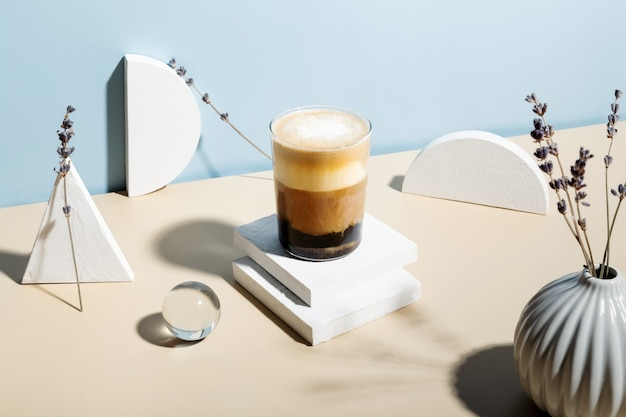 Lavendel latte drankje omringd door verschillende figuren. zonlicht en harde schaduwen