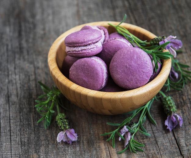 Lavendel macarons in houten kom