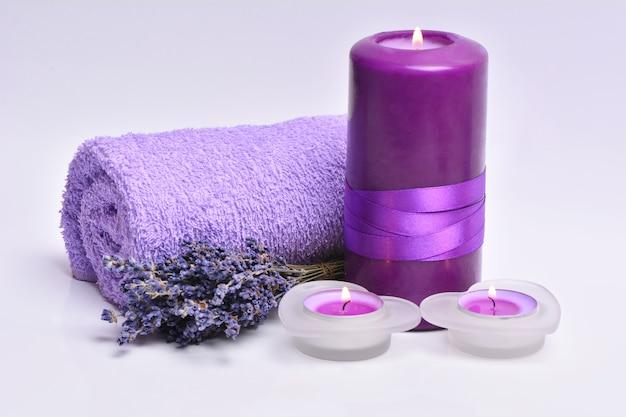 Lavendel met kaarsen geïsoleerd op wit
