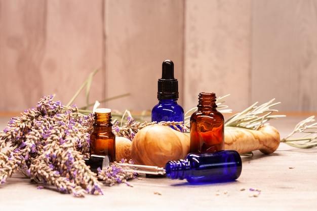 Lavendel-mortier en stamper en flessen etherische oliën voor aromatherapie