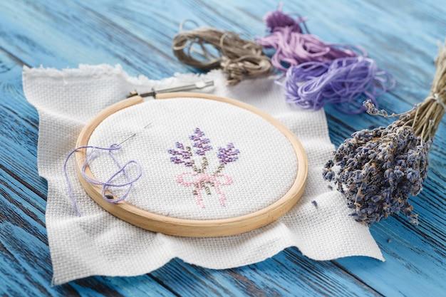 Lavendel provence borduurwerk op blauwe tafel