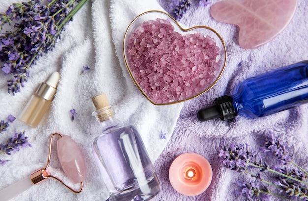 Lavendel spa etherische oliën zeezout handdoeken en gezichtsroller