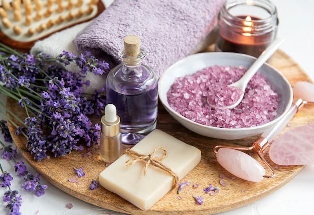 Lavendel spa etherische oliën zeezout handdoeken en handgemaakte zeep