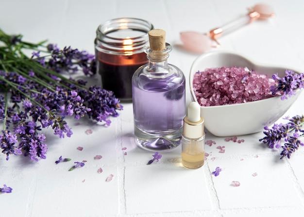 Lavendel spa etherische oliën zeezout handdoeken en kaars