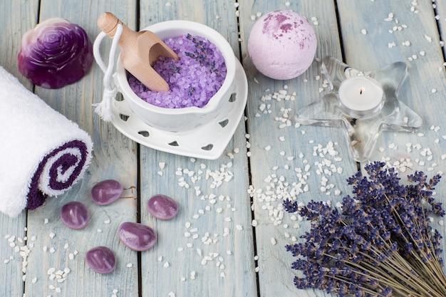 Lavendel, zeep, mortelzout, stenen, handdoeken en een kaars