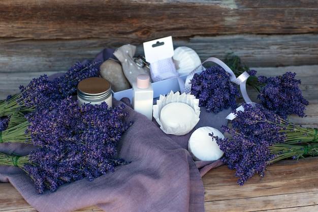 Lavendel, zeep, zout, room op een houten tafel