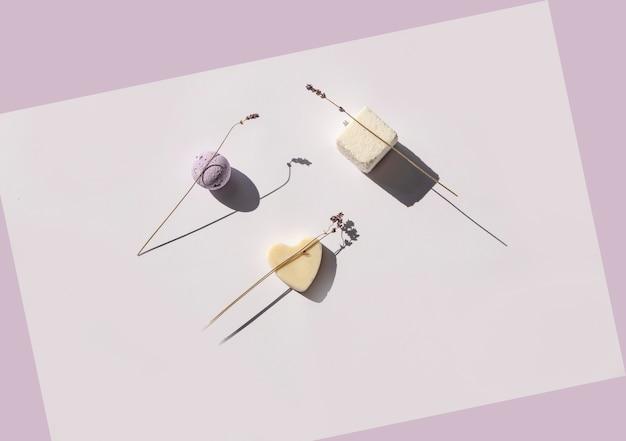 Lavendelbadbal, kubusvormig badzout en hartvormige zeep met lavendeltwijgen
