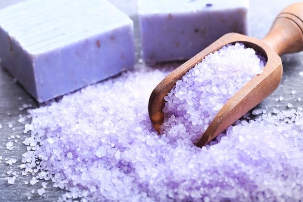 Lavendelbadzout en zeep op donker