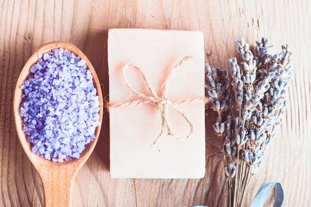 Lavendelbehandelingszeep en zeezout op houten tafel