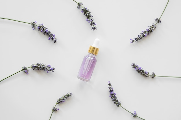 Lavendelbloemen en fles bloemblaadjes