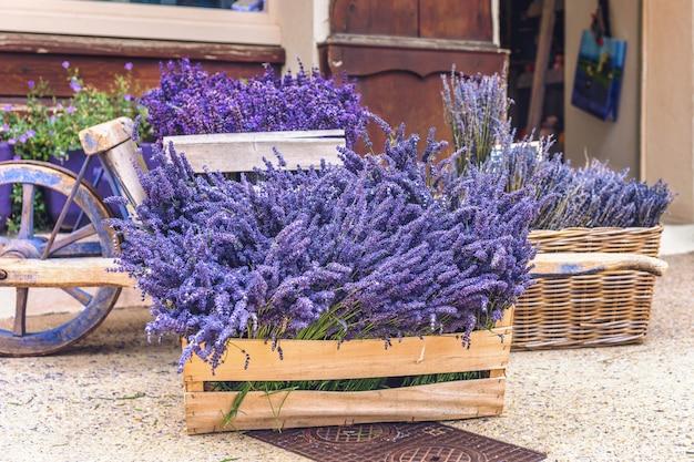 Lavendelbloemen in een houten doos