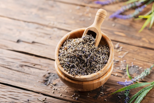 Lavendelbloemen in een houten kom