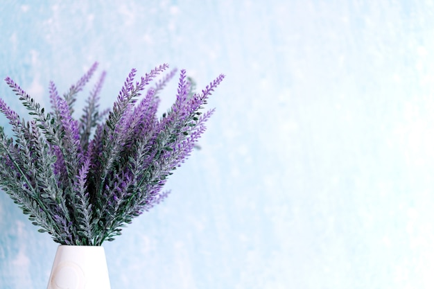 Lavendelbloemen in gieter