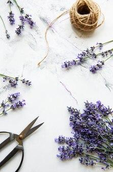 Lavendelbloemen met schaar en touw