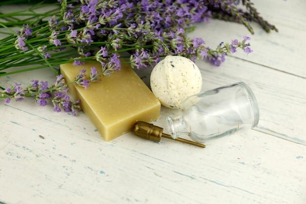 Lavendelbloemen op shaby wit hout