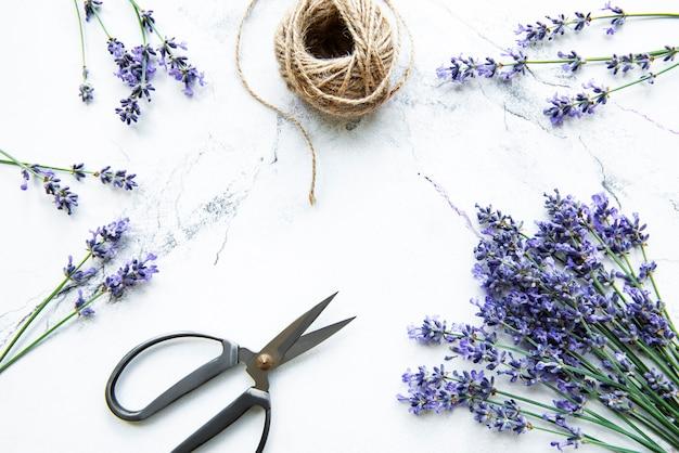 Lavendelbloemen, schaar en touw