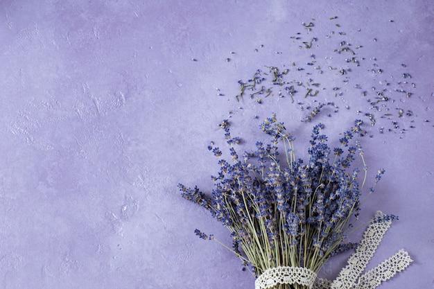 Lavendelboeket en een lint van kant
